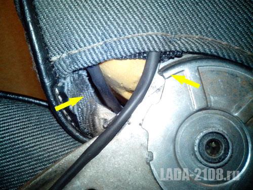 Прохождение кабеля через петлю, стрелка слева - вход кабеля с элемента, стрелка справа - выход кабеля к сиденью и далее к питанию