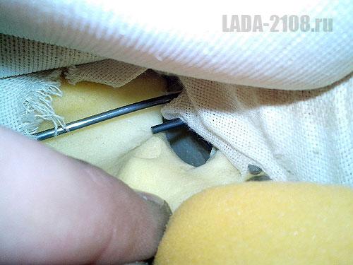 Один из боковых крючов прута тканевой растяжки обшивки сиденья (кабель выведен временно)