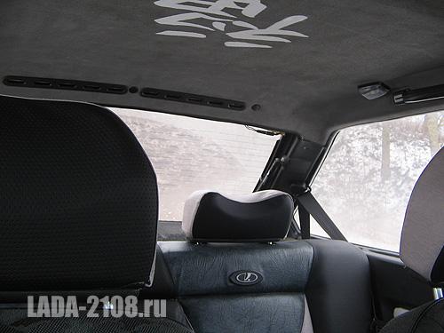 Вид на заднюю часть салона, вентиляционные решетки и освещение для задних пассажиров.
