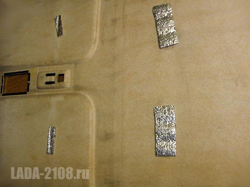 Кусочки виброизоляции, наклеенные с обратной стороны потолка.